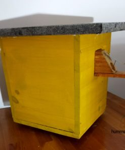 Hummelhaus, Hummelhotel, Hummelkasten in Gelb mit Nistmaterial
